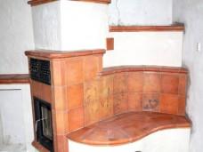 Kachelofen mit gerundeter Sitzfläche